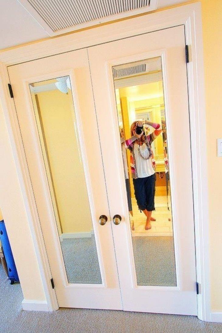 מראה על גבי דלת חלקה