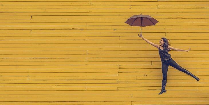 אישה מרחפת עם מטריה