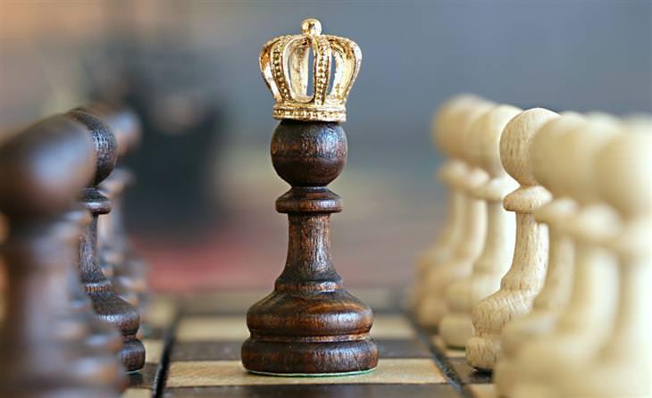 כלי שחמט עם כתר של מלך