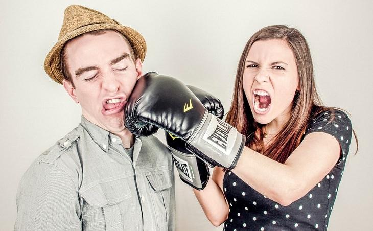 בני זוג רבים ומחזיקים כפפות אגרוף