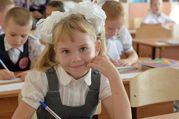 ילדה קטנה בבית הספר