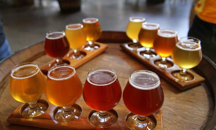 כוסות מלאות בבירה מונחות על חבית