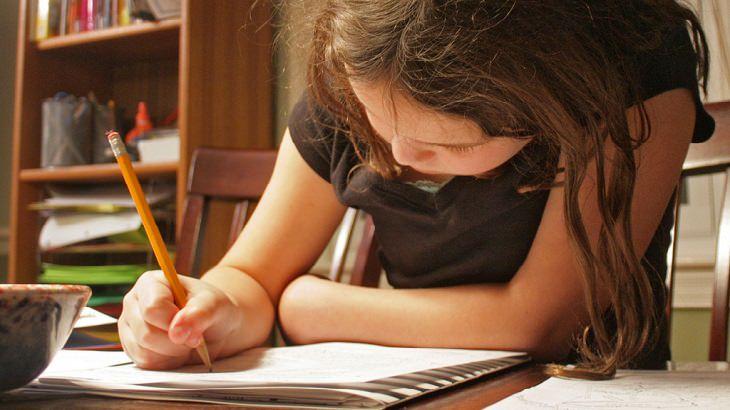 ילדה כותבת במחברת