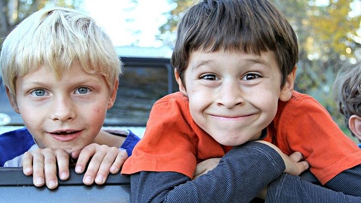 שני ילדים מחייכים