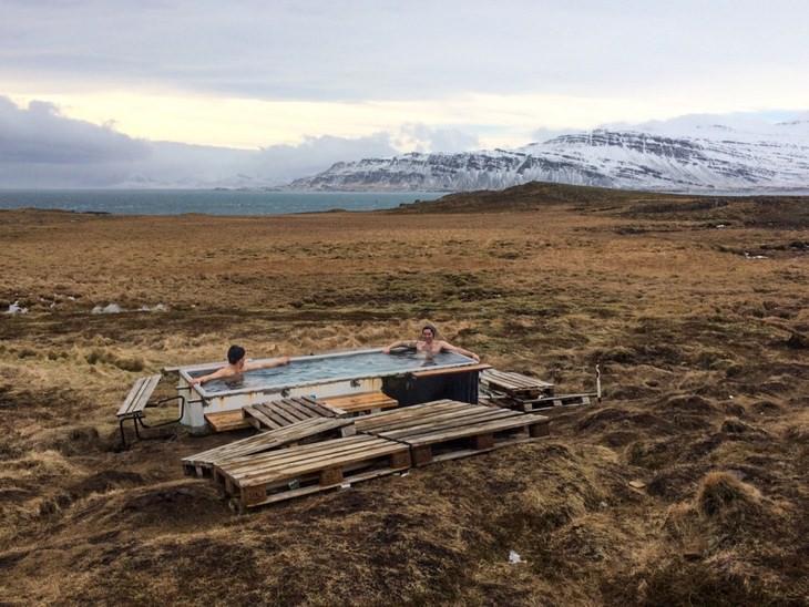 ג'קוזי במרחבים הפתוחים של איסלנד