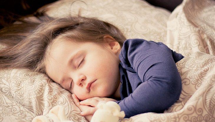 ילדה קטנה ישנה בשלווה
