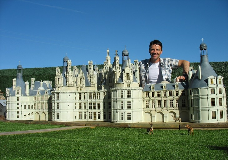 ג'רארד יושב ליד ארמון