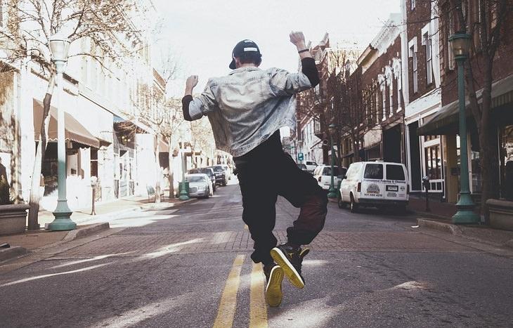 אדם קופץ מאושר