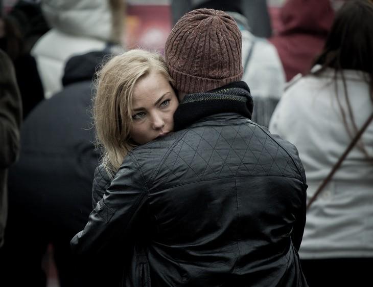 זוג מחובק באמצע הרחוב