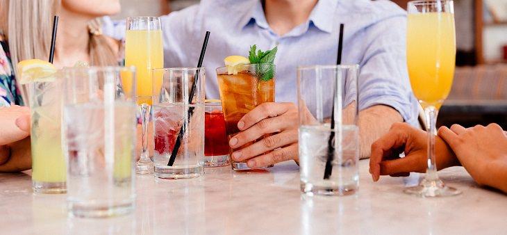 אנשים יושבים עם כוסות שתייה