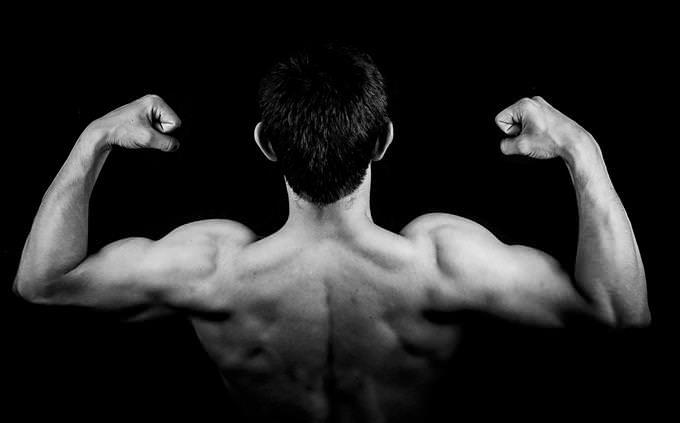 גבר עושה שרירים