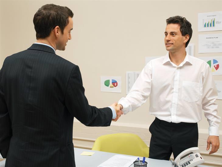 שני גברים לוחצים ידיים