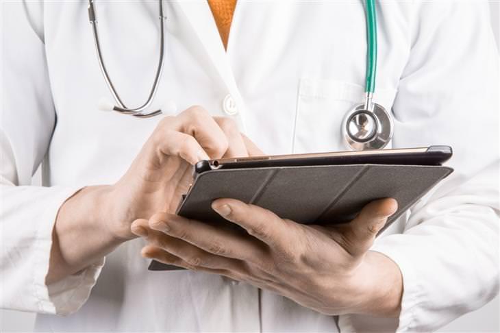 יד של רופא מחזיקה גליון רפואי