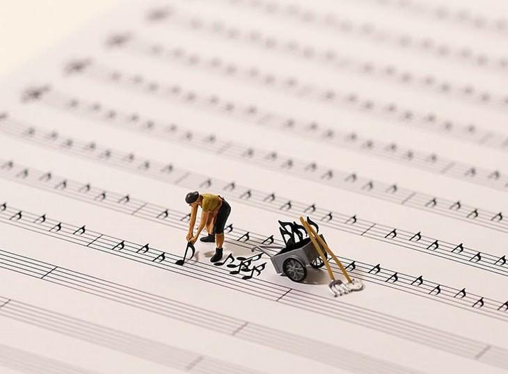 איש מניח תווים על נייר