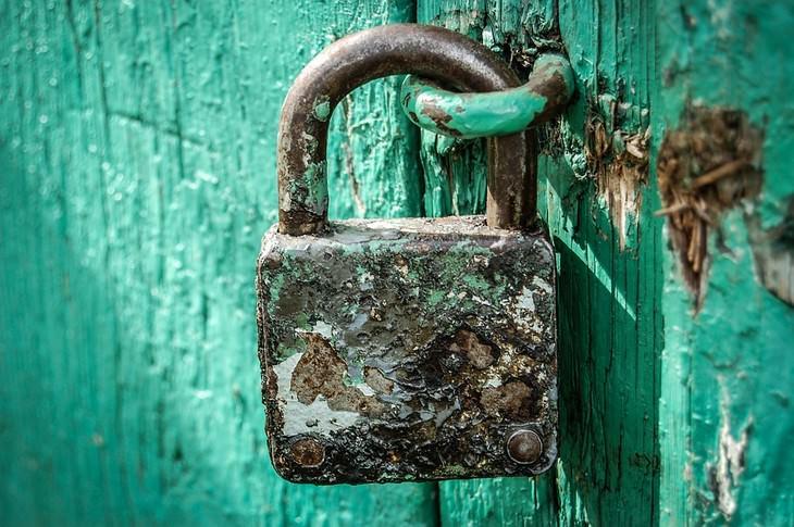 מנעול חלוד על דלת עץ