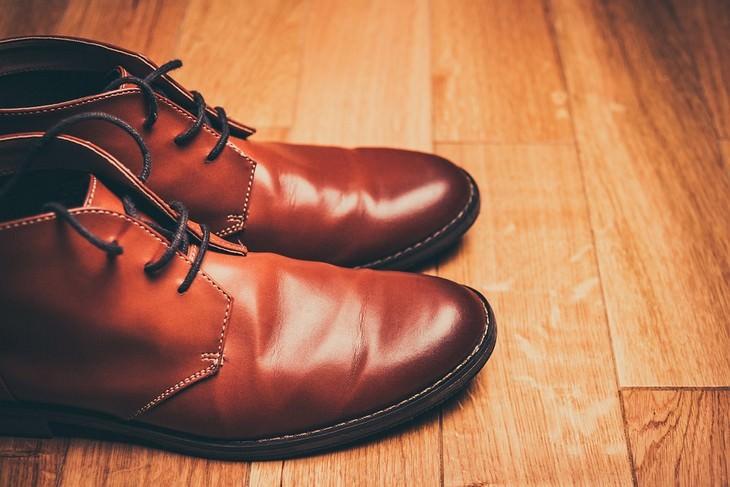 זוג נעלי עור חומות ומבריקות
