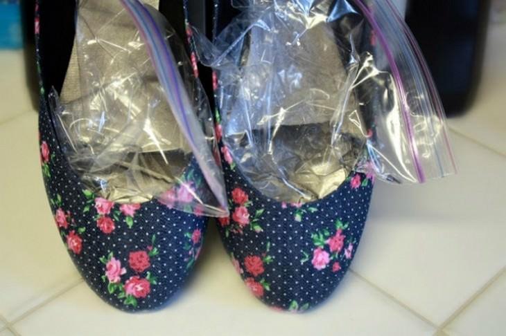 שקיות אטומות מלאות במים בתוך נעלי בובה פרחוניות