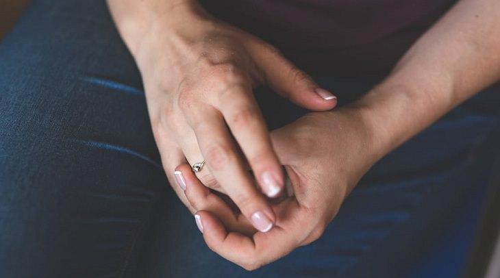 כפות ידיים משולבות אחת עם השנייה