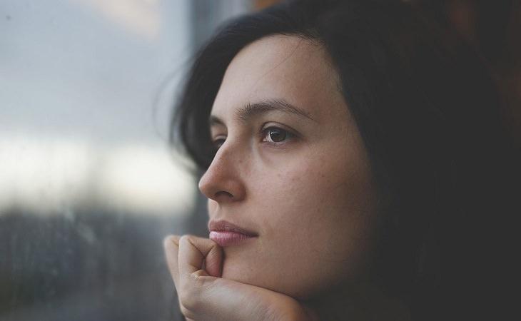 אישה מתבוננת בחלון