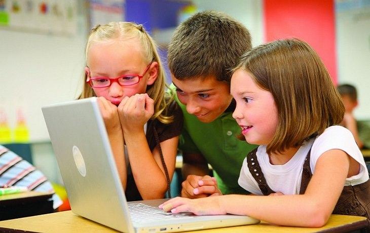 שלושה ילדים קטנים מול מחשב
