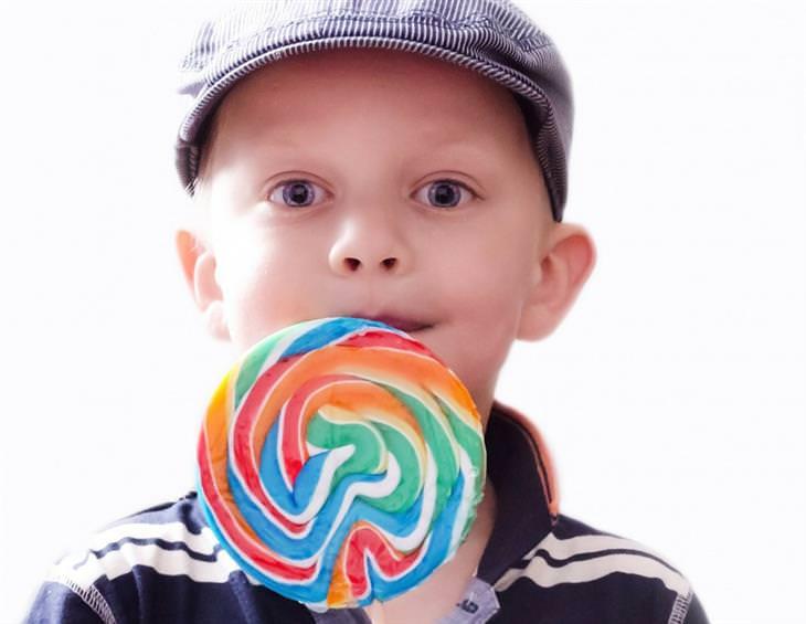 ילד מלקק סוכריה גדולה על מקל