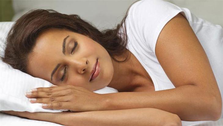 אישה שוכבת במיטה ועיניה עצומות