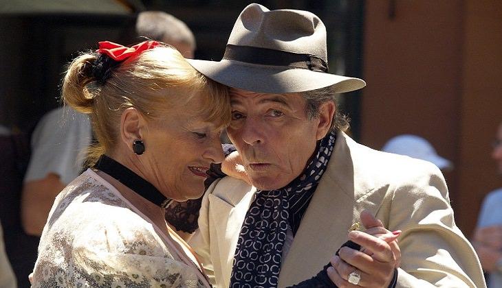 זוג מבוגרים רוקדים ריקוד צמוד
