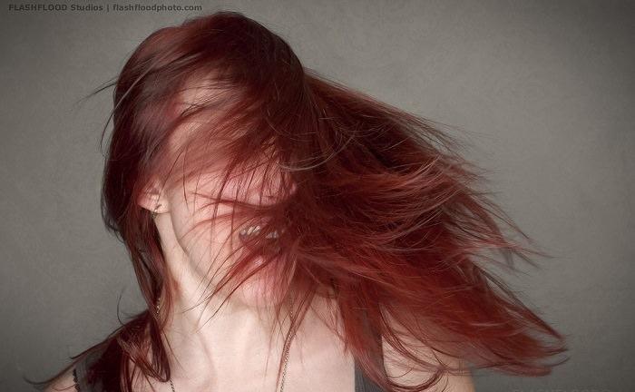 אישה עם שיער פזור ובריא
