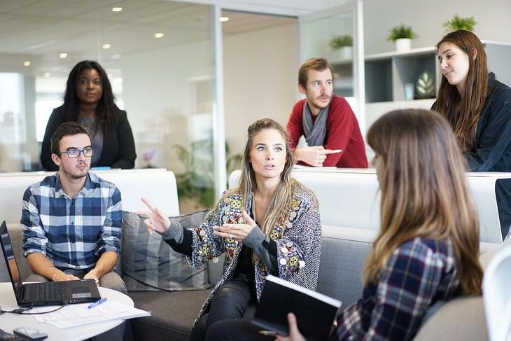 אנשים מדברים בישיבה בעבודה