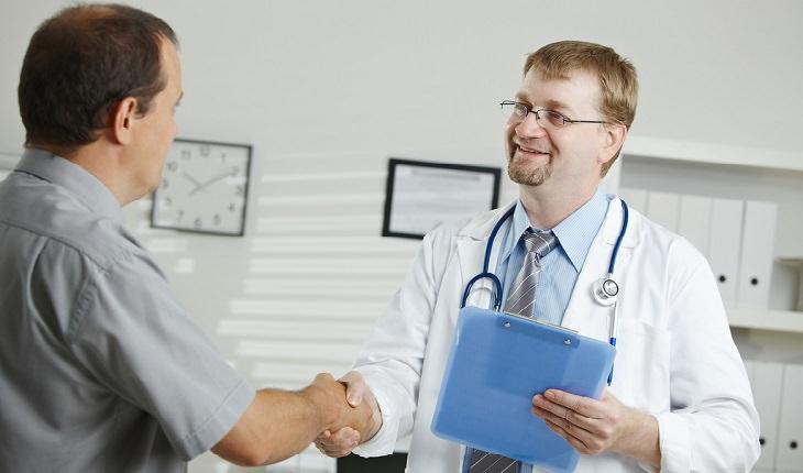 גבר מבוגר נפגש עם רופא
