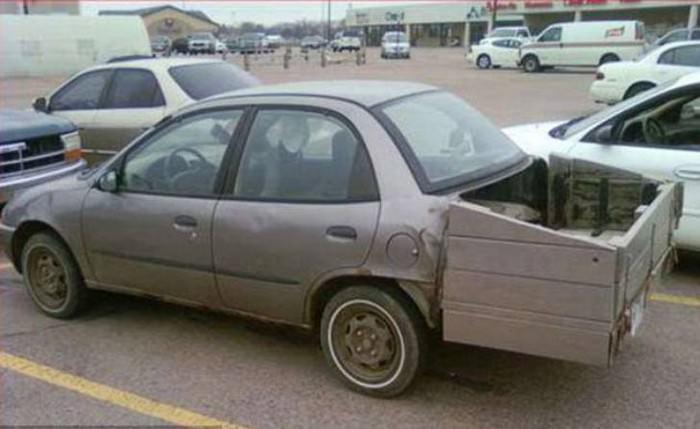 מכונית עם פח ענק במקום תא מטען