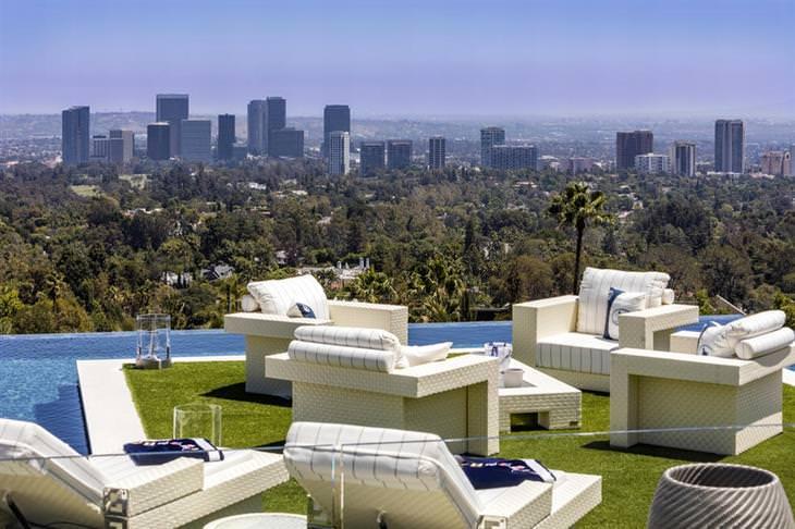 הנוף הנשקף מאזור הבריכה אל עבר העיר לוס אנג'לס