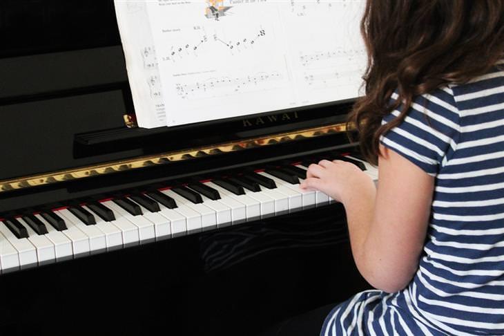 ילדה מנגנת על פסנתר