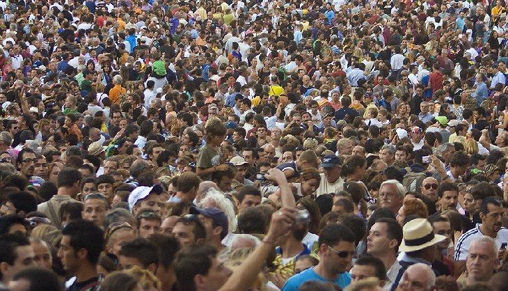 קהל גדול של גברים ונשים