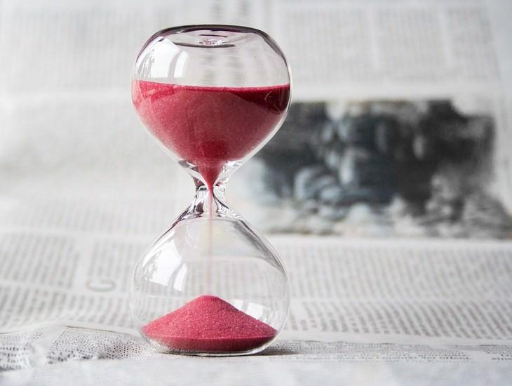 שעון חול עומד על עיתון