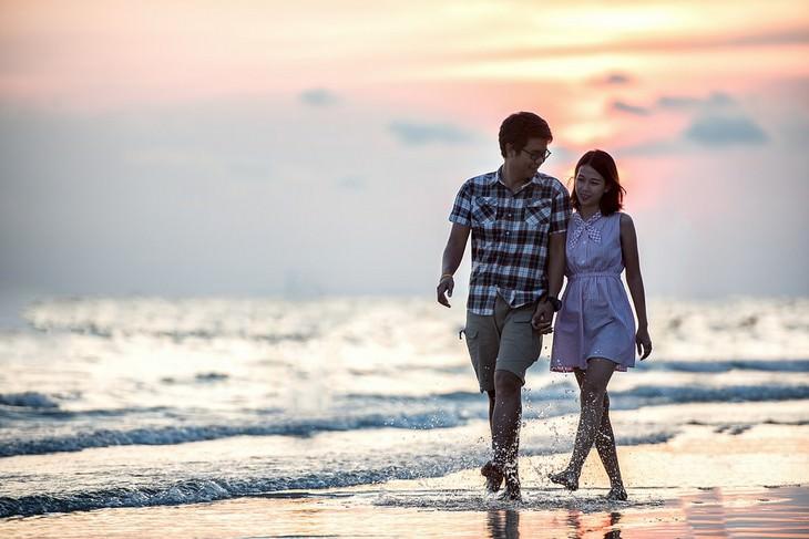 זוג הולך על הים