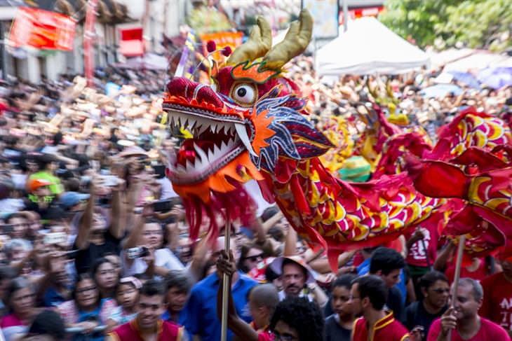 דרקון מרחף מעל לראשיהם של תושבי סאו פאולו שבברזיל