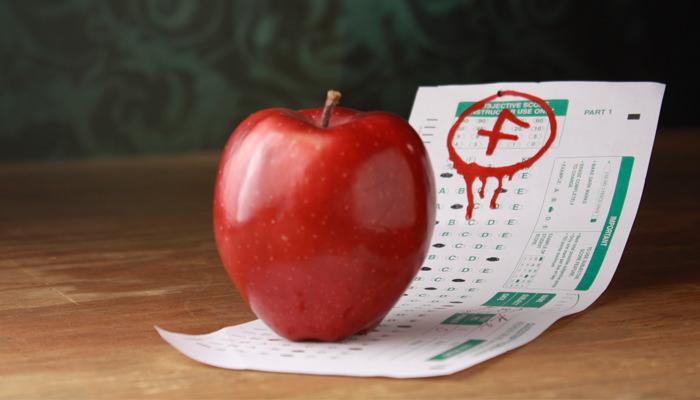 תפוח עומד על דף של תוצאות מבחן