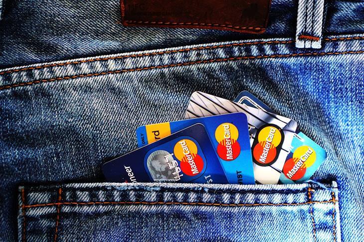 מכנס ג'ינס שבכיס שלו יש ארבעה כרטיסי אשראי