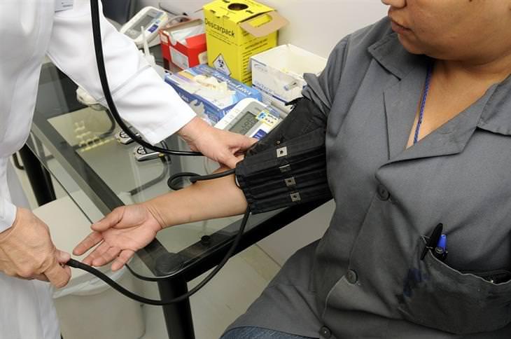 רופא עושה בדיקת לחץ דם למטופל