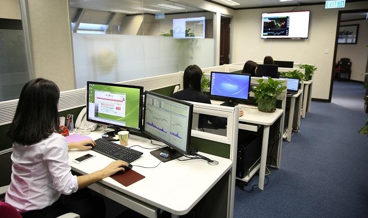 משרד ובו נשים שיושבות ועובדות מול מחשב