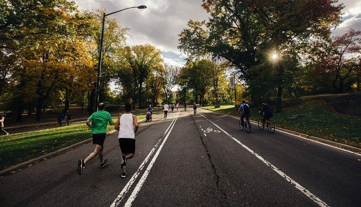 שני גברים רצים לאורך שביל בפארק