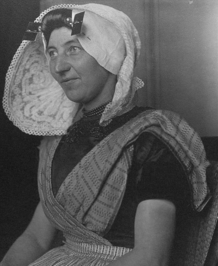 אישה עם מטפחת לבנה גדולה על ראשה