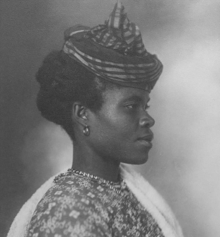אישה כהת עור עם כובע מטפחת לראשה