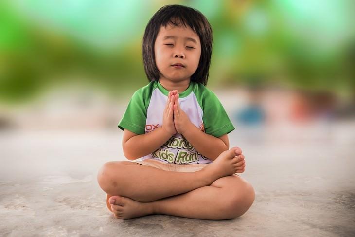 ילד יושב תנוחת מדיטציה