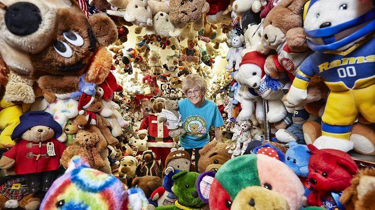 """ספר השיאים של גינס לשנת 2018: בעלת אוסף בובות ה""""דובי"""" הגדול ביותר בעולם"""