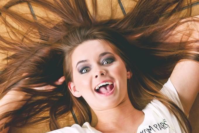 גלה איזה מהאושפיזין אתה:  אשה מחייכת, שיערה פזור לאחור