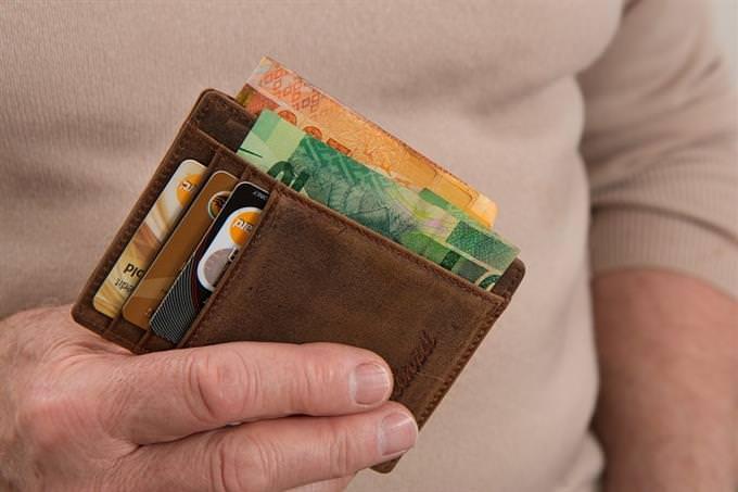 גלה איזה מהאושפיזין אתה: ארנק עם שטרות כסף בתוכו