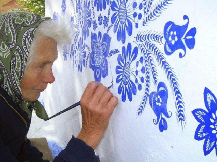 קשישה מציירת על קירות ביתה: אגנס קספרקובה בעת העבודה