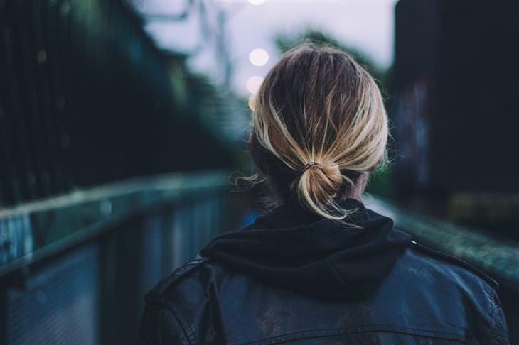 7 שלבי ההתפתחות האישית: אישה עומדת עם הגב למצלמה